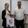 вручение ценного подарка за участие в региональном проекте «Добро Алтая – 2020» Софье Шпак, ученице 10 класса ТСОШ № 3