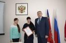 Т.П.Иванова - многодетная мама с дочерью Ариной.  Вручение свидетельства на выплату 799,9 тыс. рублей для улучшения жилищных условий