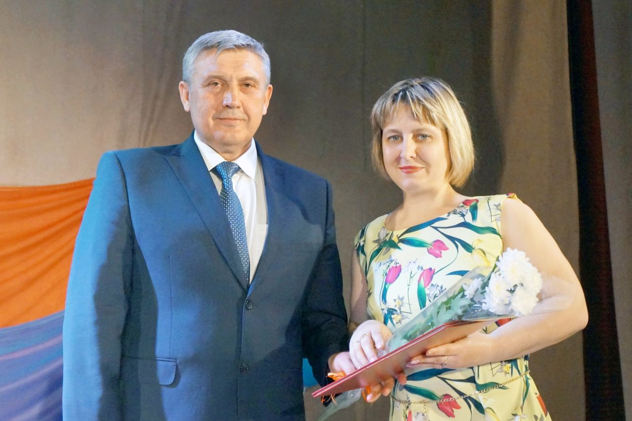 Вручение почётных грамот, приветственных адресов и благодарственных писем гражданам и коллективам Тальменского района